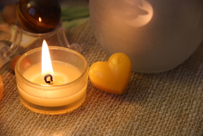 Ein kleines goldenes Herz, das nach Weihnachtsbaum duftet.